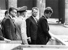 John F. Kennedy und Willy Brandt vor dem Brandenburger Tor